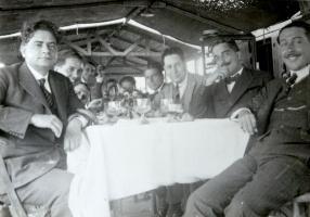 Tomás Morales y un grupo de amigos en Las Canteras.jpg